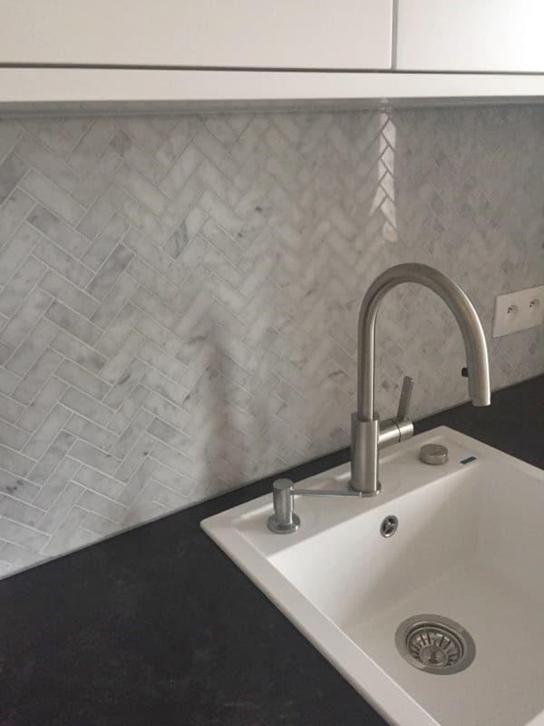 Bianco Carrara Mozaika Jodełka Kuchnia Płytki Kamienne